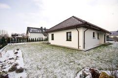 Nowożytny intymny dom w zimie, abstrakcjonistyczna architektury nieruchomość Obrazy Royalty Free