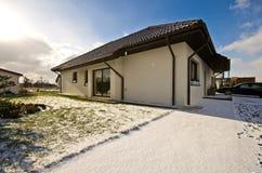 Nowożytny intymny dom w zimie, abstrakcjonistyczna architektury nieruchomość Obraz Stock