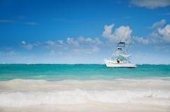 Nowożytny jacht żegluje blisko tropikalnej plaży Obrazy Royalty Free