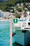 Nowożytny jacht parkujący w schronieniu Obraz Royalty Free