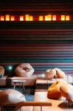Nowożytny Japoński żywy izbowy wnętrze, bobowa torba, drewna stołowy wygodny obraz stock