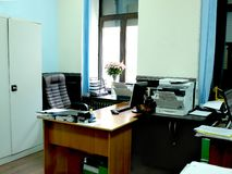 nowożytny, jaskrawy biuro z meble okno, obraz stock