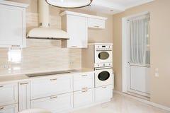 Nowożytny, jaskrawy, czysty kuchenny wnętrze w luksusowym domu, Wewnętrzny projekt z klasyka lub rocznika elementami praktyczny Zdjęcie Stock
