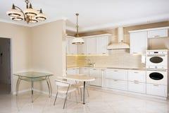 Nowożytny, jaskrawy, czysty kuchenny wnętrze w luksusowym domu, Wewnętrzny projekt z klasyka lub rocznika elementami praktyczny Obrazy Stock
