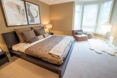 Nowożytny jaskrawy sypialni wnętrze Fotografia Royalty Free