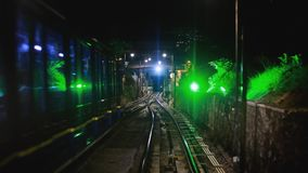 Nowożytny kierowcy metra pociągu pośpiech wzdłuż nocy Malezja naprzód, Overground kolej, jaskrawa droga zaświeca przy nocą zbiory