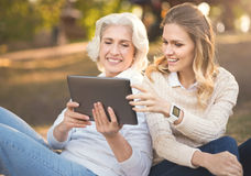 Nowożytny kobieta wydatków pinkin z starą matką w parku obrazy royalty free