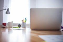 Nowożytny komputer z innym personelem na stole zdjęcia stock