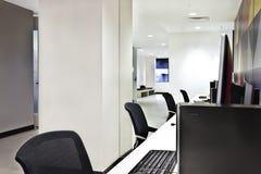 Nowożytny komputerowy lab lub biuro z białymi ścianami Zdjęcia Stock