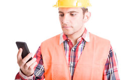 Nowożytny konstruktor używa smartphone Fotografia Stock