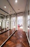 Nowożytny korytarza wnętrze z lustrzanymi garderób drzwiami Fotografia Stock