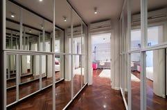 Nowożytny korytarza wnętrze z lustrzanymi garderób drzwiami Obrazy Stock