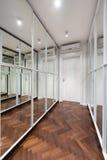 Nowożytny korytarza wnętrze z lustrzanymi garderób drzwiami Zdjęcia Royalty Free