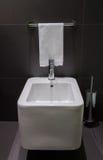 Nowożytny kwadratowy bidet w łazience zdjęcie royalty free