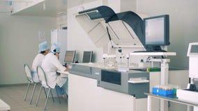 Nowożytny laborancki wnętrze Naukowiec pracy z lab wyposażeniem, komputery zdjęcie wideo