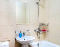 Nowożytny lekki jaskrawy łazienki wnętrze fotografia stock