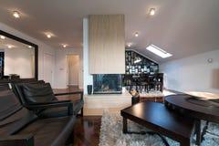 Nowożytny loft wnętrze z grabą po środku pokoju Fotografia Royalty Free