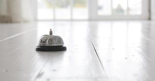 Nowożytny luksusowego hotelu przyjęcia kontuaru biurko z dzwonem - ręka uderza dzwon na hotelowym przyjęciu zdjęcie wideo