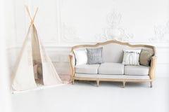 Nowożytny luksusowy dziecko pokoju wnętrze z łóżka i sztuki namiotem fotografia royalty free