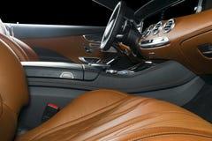 Nowożytny Luksusowy samochód inside Wnętrze prestiżu nowożytny samochód ComfoModern Luksusowy samochód inside Wnętrze prestiżu no Zdjęcia Stock