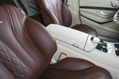 Nowożytny Luksusowy samochód inside Wnętrze prestiżu nowożytny samochód Wygodni skór siedzenia Rewolucjonistka dziurkowaty rzemie Zdjęcia Royalty Free