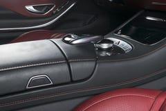Nowożytny Luksusowy samochód inside Wnętrze prestiżu nowożytny samochód Wygodni skór siedzenia Rewolucjonistka dziurkowaty rzemie Obraz Royalty Free