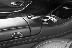 Nowożytny Luksusowy samochód inside Wnętrze prestiżu nowożytny samochód Wygodni skór siedzenia Rewolucjonistka dziurkowaty rzemie Zdjęcie Royalty Free