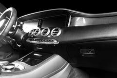 Nowożytny Luksusowy samochód inside Wnętrze prestiżu nowożytny samochód Wygodni skór siedzenia Rewolucjonistka dziurkowaty rzemie Obraz Stock