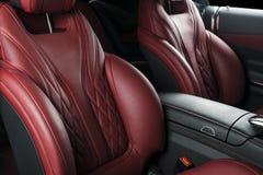 Nowożytny Luksusowy samochód inside Wnętrze prestiżu nowożytny samochód Wygodni skór siedzenia Rewolucjonistka dziurkowaty rzemie Obrazy Royalty Free
