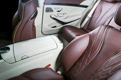 Nowożytny Luksusowy samochód inside Wnętrze prestiżu nowożytny samochód Wygodni skór siedzenia Rewolucjonistki i białej dziurkowa Fotografia Royalty Free