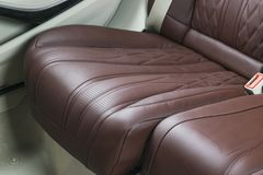 Nowożytny Luksusowy samochód inside Wnętrze prestiżu nowożytny samochód Wygodni skór siedzenia Rewolucjonistki i białej dziurkowa Zdjęcie Royalty Free