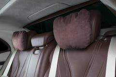 Nowożytny Luksusowy samochód inside Wnętrze prestiżu nowożytny samochód Wygodni skór siedzenia Rewolucjonistki i białej dziurkowa Zdjęcie Stock