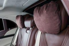 Nowożytny Luksusowy samochód inside Wnętrze prestiżu nowożytny samochód Wygodni skór siedzenia Rewolucjonistki i białej dziurkowa Zdjęcia Stock