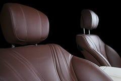 Nowożytny Luksusowy samochód inside Wnętrze prestiżu nowożytny samochód Wygodni skór siedzenia Rewolucjonistki i białej dziurkowa Obraz Stock