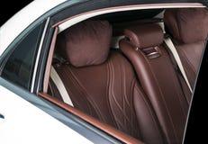 Nowożytny Luksusowy samochód inside Wnętrze prestiżu nowożytny samochód Wygodni skór siedzenia Rewolucjonistki i białej dziurkowa Zdjęcia Royalty Free