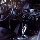 Nowożytny luksusowy samochodowy wnętrze kierownica, przesunięcie dźwignia i deska rozdzielcza -, obraz stock