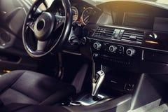 Nowożytny luksusowy samochodowy wnętrze kierownica, przesunięcie dźwignia i deska rozdzielcza -, fotografia stock