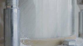 Nowożytny mąka młyn mleje zboże adra banatka w dośrodkowywania i mąkę zdjęcie wideo