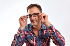 Nowożytny mężczyzna przystosowywa szkła patrzeje prosto naprzód Obrazy Stock