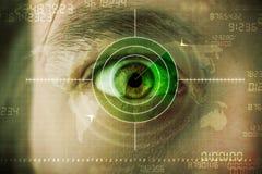 Nowożytny mężczyzna z cyber technologii celu militarnym okiem obraz royalty free