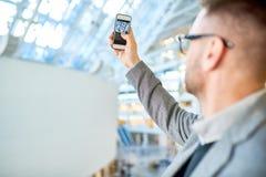 Nowożytny młody człowiek Bierze Smartphone fotografię fotografia royalty free