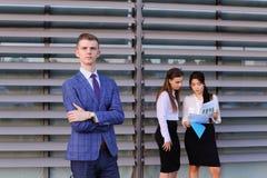 Nowożytny młody męski faceta biznesmen, uczeń w przedpolu wewnątrz Zdjęcia Royalty Free
