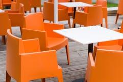 Nowożytny meblarski plenerowy kawiarnia taras z pomarańczowymi krzesłami Obrazy Stock
