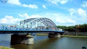 Nowożytny metalu most przez Vistula rzekę, Krakow, Polska zbiory wideo