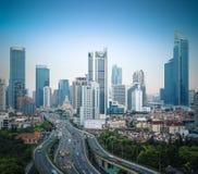 nowożytny miasto wynosił drogę w Shanghai przy półmrokiem, Chiny Zdjęcie Stock