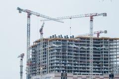 nowożytny miastowy budynek w budowie z żurawiem Przemysłowego budynku budowa nowożytna mieszkaniowa ćwiartka miasto Zdjęcie Stock