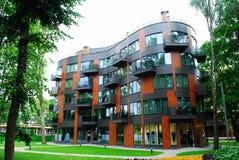 Nowożytny mieszkaniowy dom w zielonym środowisku zdjęcie royalty free