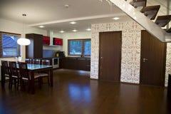 Nowożytny minimalistic brown stonowany żywy pokój obrazy stock