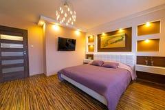 Nowożytny mistrzowskiej sypialni wnętrze Zdjęcia Royalty Free