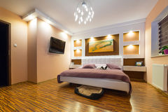 Nowożytny mistrzowskiej sypialni wnętrze Fotografia Stock